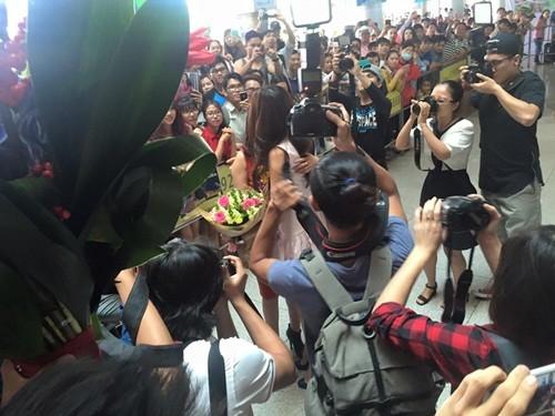 Phạm Hương ôm mẹ bật khóc tại sân bay khi vừa về nước - ảnh 3