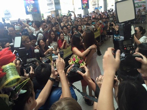 Phạm Hương ôm mẹ bật khóc tại sân bay khi vừa về nước - ảnh 4