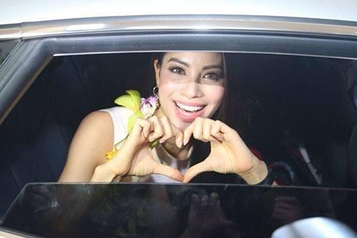 Phạm Hương ôm mẹ bật khóc tại sân bay khi vừa về nước - ảnh 7