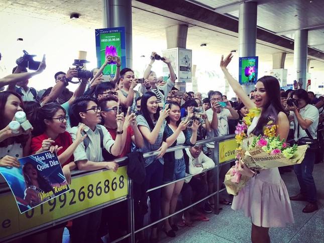 Phạm Hương ôm mẹ bật khóc tại sân bay khi vừa về nước - ảnh 6
