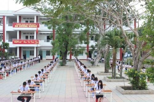 Học sinh TP HCM ngồi thi ở sân trường: Chưa lần nào 'dính' mưa