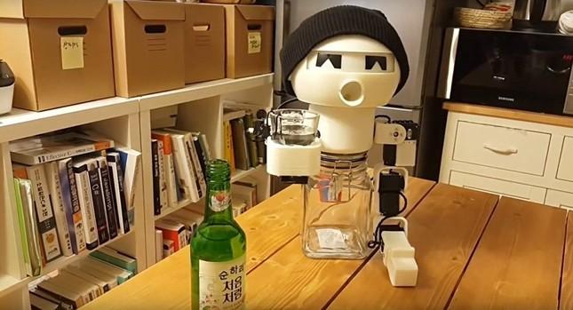 Robot biết uống rượu dành cho những người cô đơn - ảnh 1