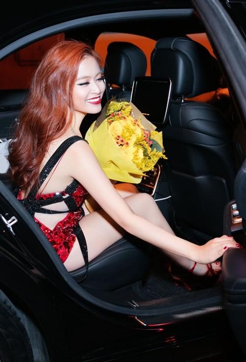 Hoàng Thùy Linh bị bung đế giày vì nhảy quá 'sung' - ảnh 5