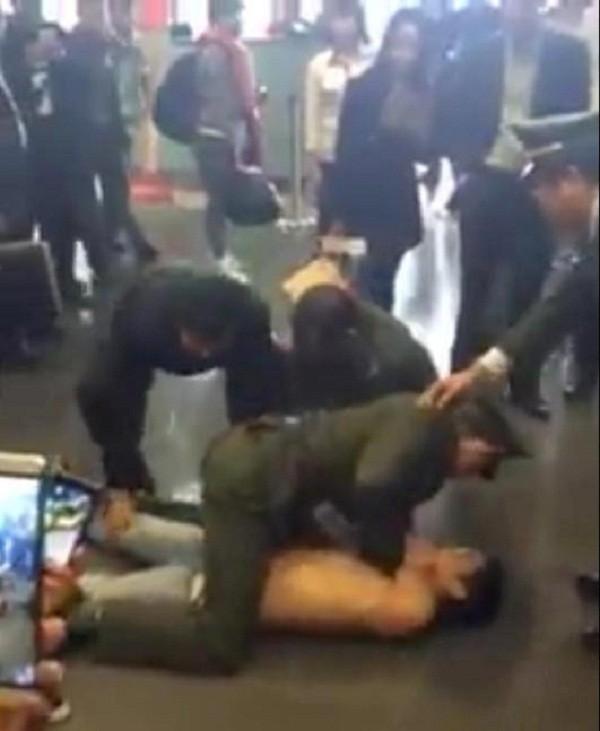 Khách bay đột nhiên cởi trần, chửi bới ở sân bay Nội Bài - ảnh 1