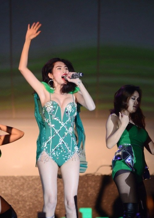 Fans phản ứng vì Thủy Tiên diện trang phục phản cảm biểu diễn - ảnh 2