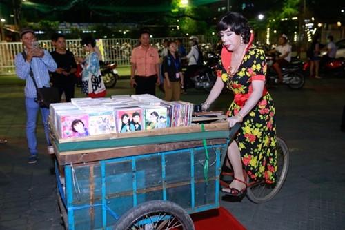 Long Nhật diện váy hoa đi sự kiện gây 'sốc' - ảnh 3