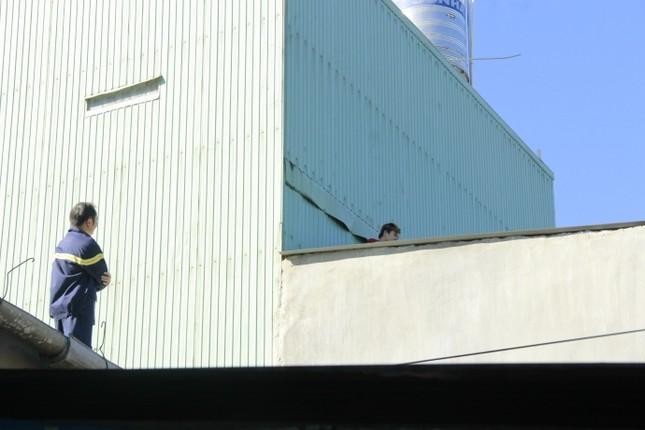 Thanh niên vừa đi vừa khóc, leo lên nóc nhà đòi tự tử - ảnh 1