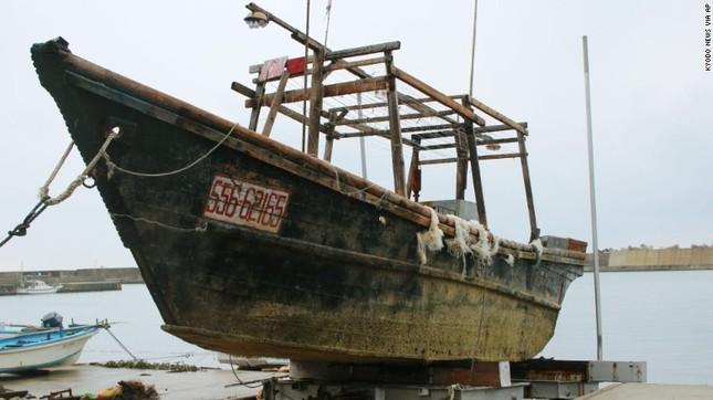 Bí ẩn thuyền ma chở đầy thi thể mục nát trôi dạt ở Nhật Bản - ảnh 1
