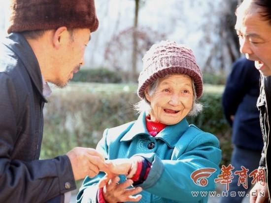 Cụ bà 98 tuổi dọa nhảy lầu tự tử vì không được làm đám cưới - ảnh 1