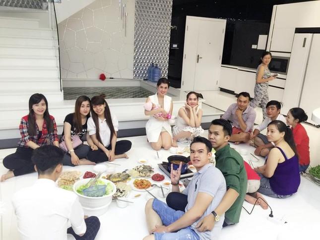 Ngọc Trinh vào bếp tổ chức tiệc cho nhân viên tại penthouse triệu đô - ảnh 11