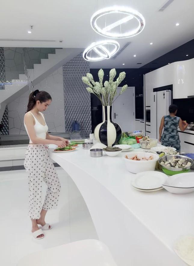 Ngọc Trinh vào bếp tổ chức tiệc cho nhân viên tại penthouse triệu đô - ảnh 5