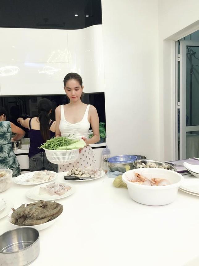 Ngọc Trinh vào bếp tổ chức tiệc cho nhân viên tại penthouse triệu đô - ảnh 1