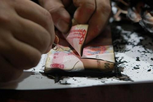 Đem 4 thùng tiền cháy 704 triệu đồng đến đổi ngân hàng - ảnh 2