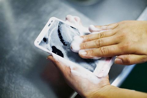 Khám phá chiếc Smartphone đầu tiên có thể rửa bằng xà bông - ảnh 1