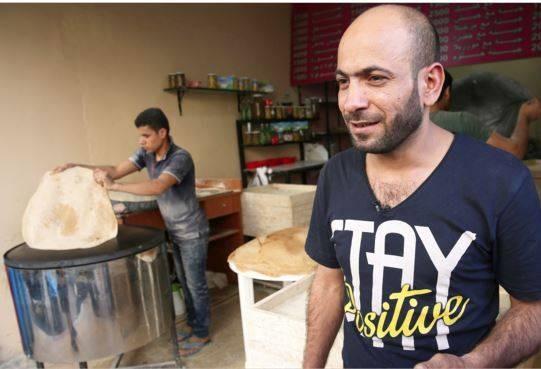 Người tị nạn Syria bán bút dạo trở thành ông chủ của ba cửa hàng - ảnh 2