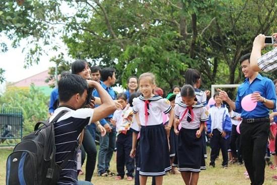 Học sinh Thừa Thiên - Huế xếp hình bản đồ Việt Nam - ảnh 1