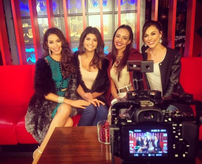 Phạm Hương khoe giọng qua ca khúc 'Hello Vietnam' tại Miss Universe - ảnh 2