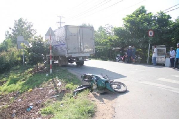 Trên đường đi thi, hai cậu cháu bị xe tải cán thương vong - ảnh 1