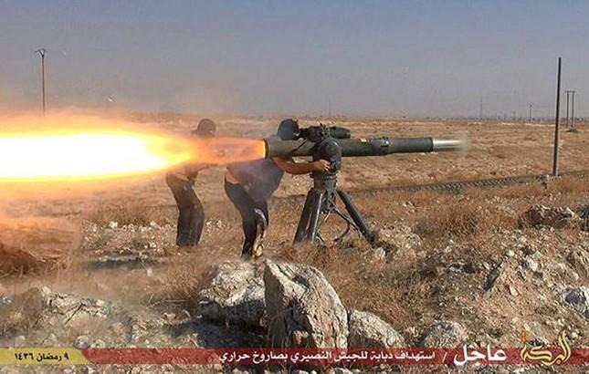 Dàn vũ khí khủng của IS khiến người xem cảm thấy lạnh gáy - ảnh 1