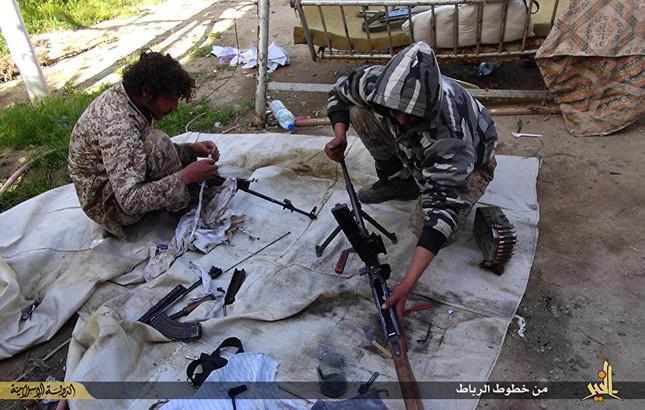 Dàn vũ khí khủng của IS khiến người xem cảm thấy lạnh gáy - ảnh 4
