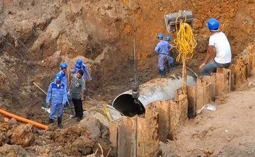 Đường ống nước sông Đà lại vỡ, dân thủ đô đón năm mới trong mất nước - ảnh 1