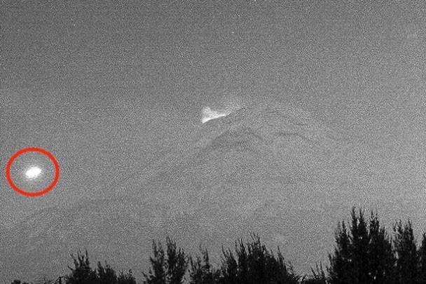 Vật thể phát sáng kì lạ bay qua núi lửa 700.000 năm tuổi ở Mexico - ảnh 1