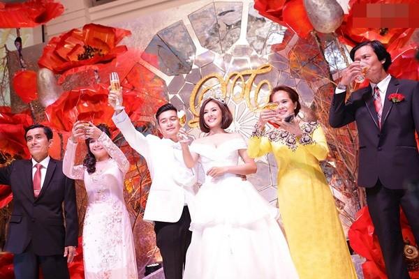 Vân Trang đắm đuối hôn chồng thiếu gia trong tiệc cưới - ảnh 1