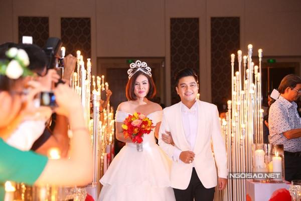 Vân Trang đắm đuối hôn chồng thiếu gia trong tiệc cưới - ảnh 2