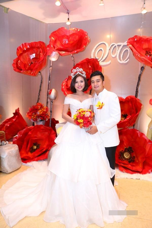 Vân Trang đắm đuối hôn chồng thiếu gia trong tiệc cưới - ảnh 4