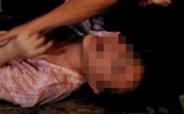 Truy tìm kẻ hiếp dâm bỏ trốn không kịp mặc quần áo - ảnh 1