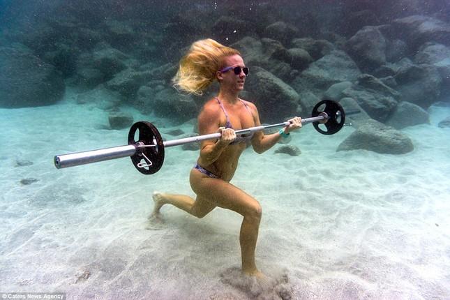 Kỳ lạ cô gái 'chơi trội' mặc bikini xuống đáy biển đẩy tạ - ảnh 1