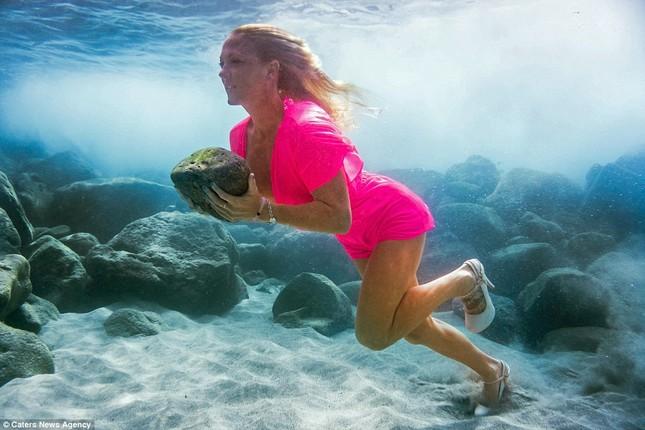 Kỳ lạ cô gái 'chơi trội' mặc bikini xuống đáy biển đẩy tạ - ảnh 4