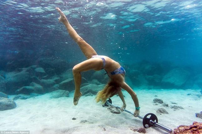 Kỳ lạ cô gái 'chơi trội' mặc bikini xuống đáy biển đẩy tạ - ảnh 2