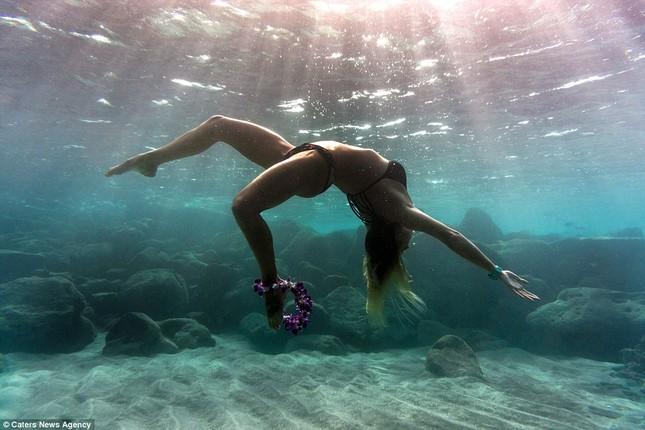 Kỳ lạ cô gái 'chơi trội' mặc bikini xuống đáy biển đẩy tạ - ảnh 6