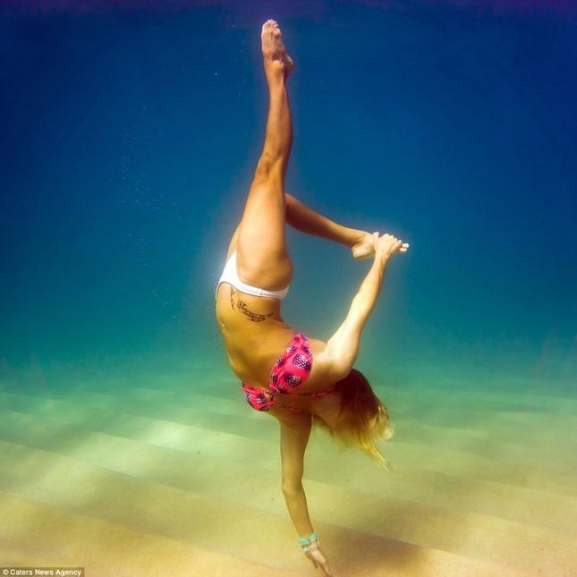 Kỳ lạ cô gái 'chơi trội' mặc bikini xuống đáy biển đẩy tạ - ảnh 8