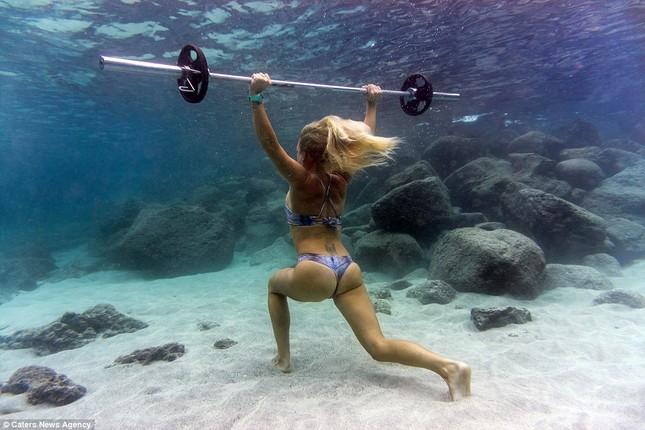 Kỳ lạ cô gái 'chơi trội' mặc bikini xuống đáy biển đẩy tạ - ảnh 3