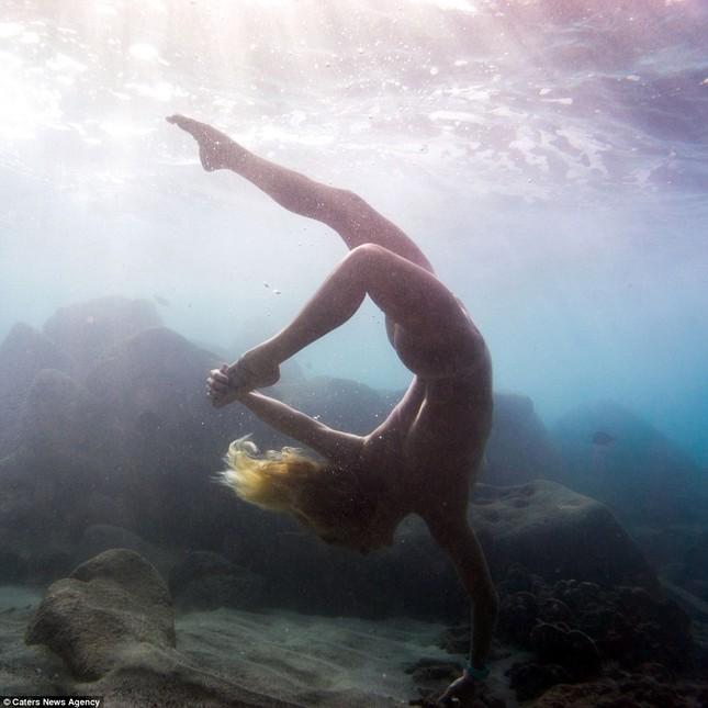 Kỳ lạ cô gái 'chơi trội' mặc bikini xuống đáy biển đẩy tạ - ảnh 7