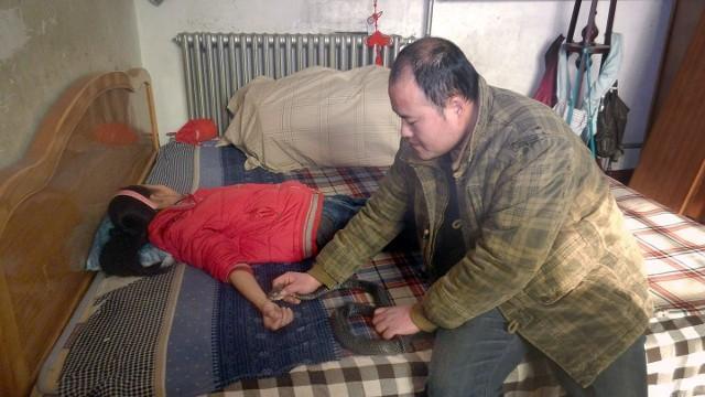 Hãi hùng cha cho rắn hổ mang cực độc cắn tay con gái để chữa bệnh - ảnh 1