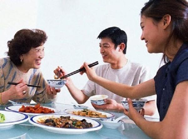 Gắp thức ăn cho nhau 'tặng' hàng ngàn con vi khuẩn - ảnh 1