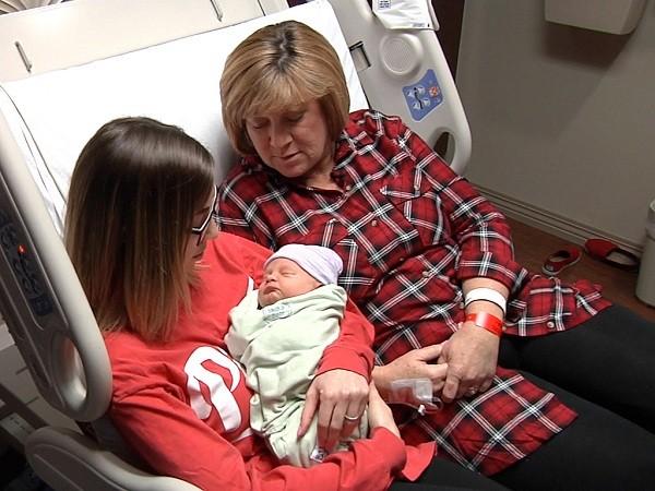 Chuyện ly kỳ mẹ 54 tuổi mang thai hộ con gái - ảnh 1