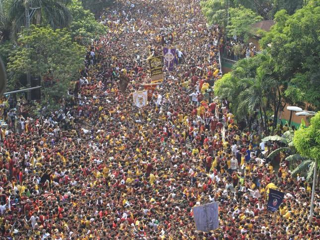Hàng trăm người Philippines bị thương trong lễ hội chân trần - ảnh 1