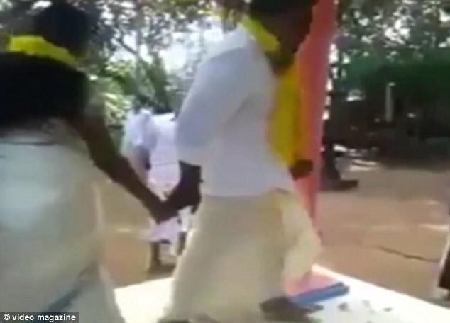 Hi hữu chú rể bị 'tụt váy' ngay tại đám cưới [VIDEO] - ảnh 1