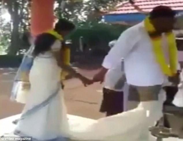 Hi hữu chú rể bị 'tụt váy' ngay tại đám cưới [VIDEO] - ảnh 2