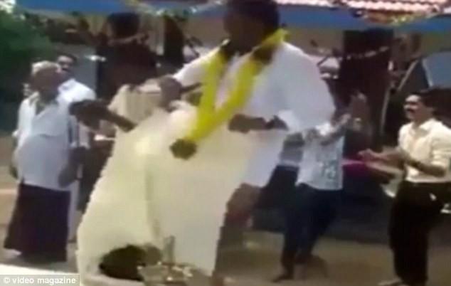 Hi hữu chú rể bị 'tụt váy' ngay tại đám cưới [VIDEO] - ảnh 4