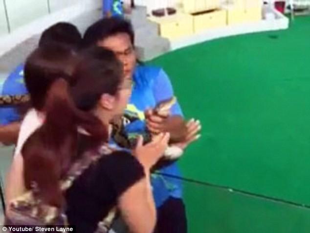 Kinh hoàng khoảnh khắc cô gái bị con trăn cắn phập vào mũi [VIDEO] - ảnh 2