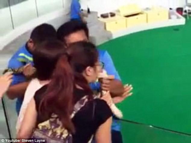 Kinh hoàng khoảnh khắc cô gái bị con trăn cắn phập vào mũi [VIDEO] - ảnh 3