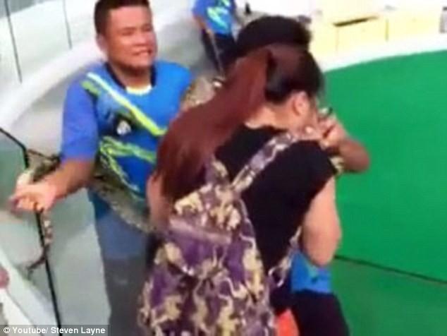 Kinh hoàng khoảnh khắc cô gái bị con trăn cắn phập vào mũi [VIDEO] - ảnh 4