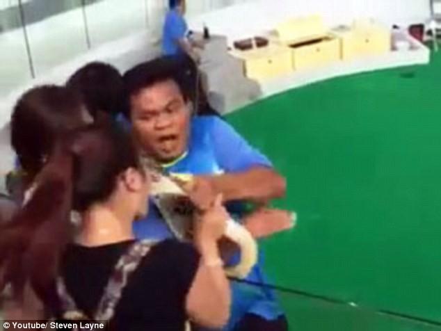 Kinh hoàng khoảnh khắc cô gái bị con trăn cắn phập vào mũi [VIDEO] - ảnh 5