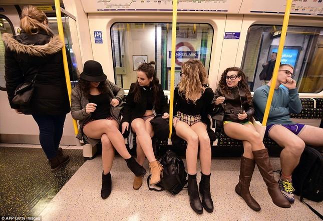 Kỳ lạ hàng nghìn người đổ xô đi tàu điện ngầm nhưng không mặc quần - ảnh 1