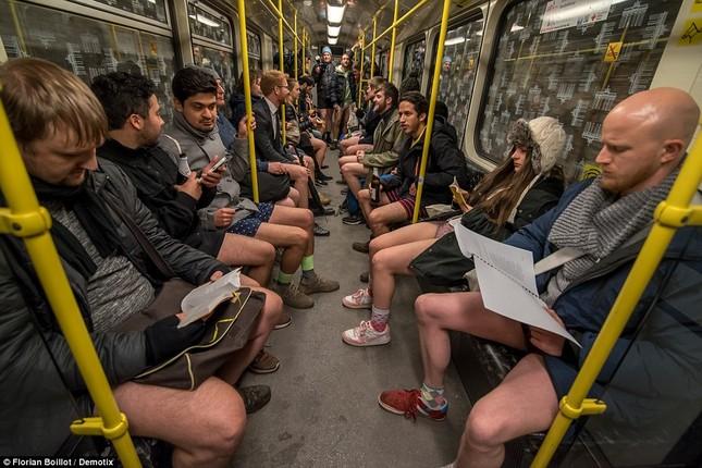 Kỳ lạ hàng nghìn người đổ xô đi tàu điện ngầm nhưng không mặc quần - ảnh 2